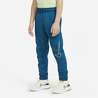 Nike Therma Treningsbukse med trykk og avsmalende ben til store barn (gutt)