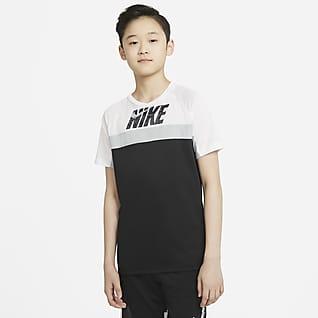 Nike Dominate เสื้อเทรนนิ่งแขนสั้นเด็กโตมีกราฟิก (ชาย)