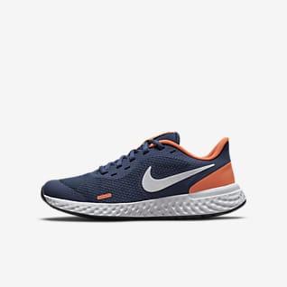 Nike Revolution 5 Löparsko för hårt underlag för ungdom