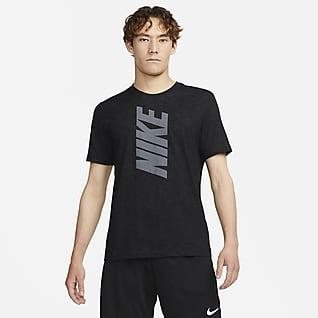 Nike Dri-FIT เสื้อยืดเทรนนิ่งผู้ชายมีโลโก้แบบบล็อค