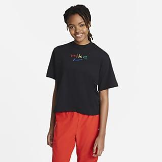 Nike Dri-FIT เสื้อยืดเทรนนิ่งผู้หญิงทรงหลวมลายสีรุ้ง
