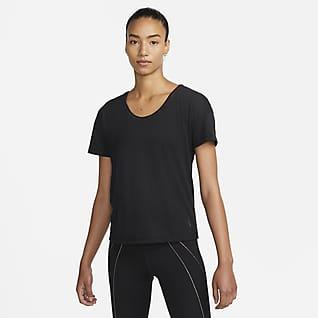 Nike Yoga Dri-FIT เสื้อวิ่งแขนสั้นแต่งขอบเมทัลลิกผู้หญิง