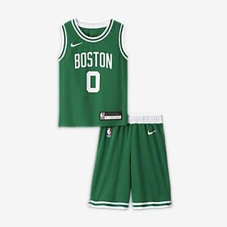 Boston Celtics Replica Gaveæske med Nike NBA-trøje og shorts til mindre børn (drenge)