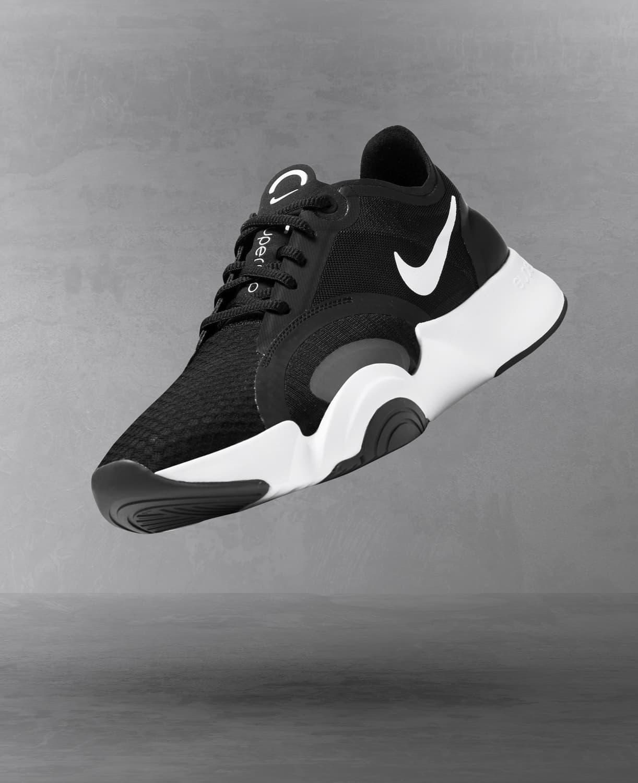Recherche de chaussures de training. Nike LU
