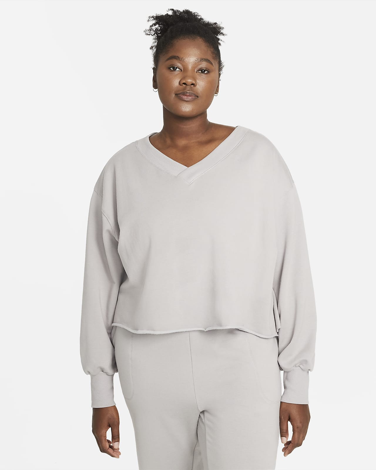 Camiseta con cuello en V de tejido Fleece para mujer (talla grande) Nike Yoga Luxe