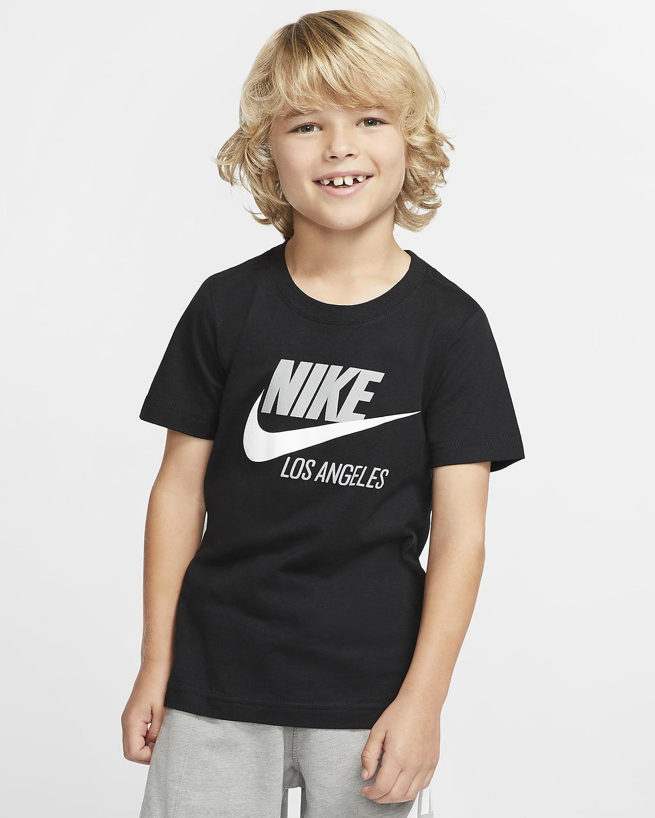Playera de manga corta para niños talla pequeña Nike Sportswear Los Angeles