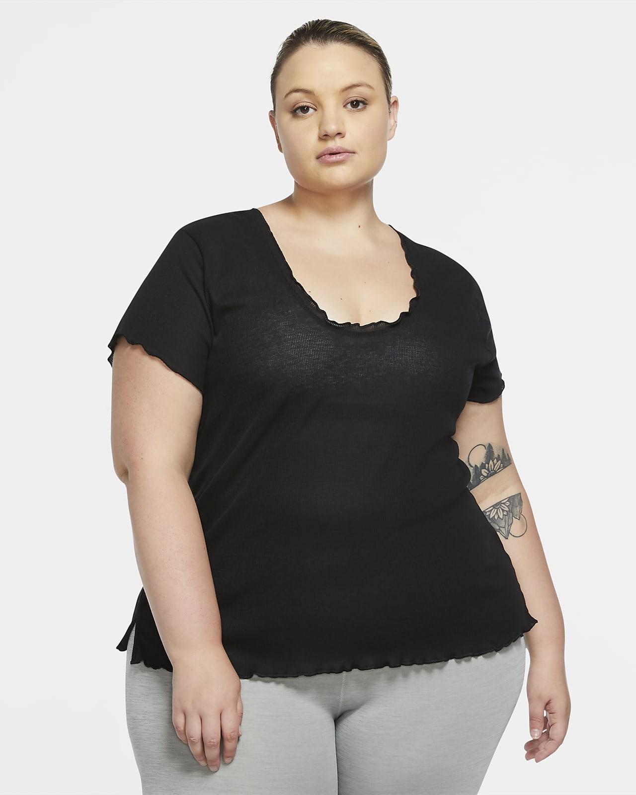 Kortærmet Nike Yoga-overdel til kvinder (plus size)