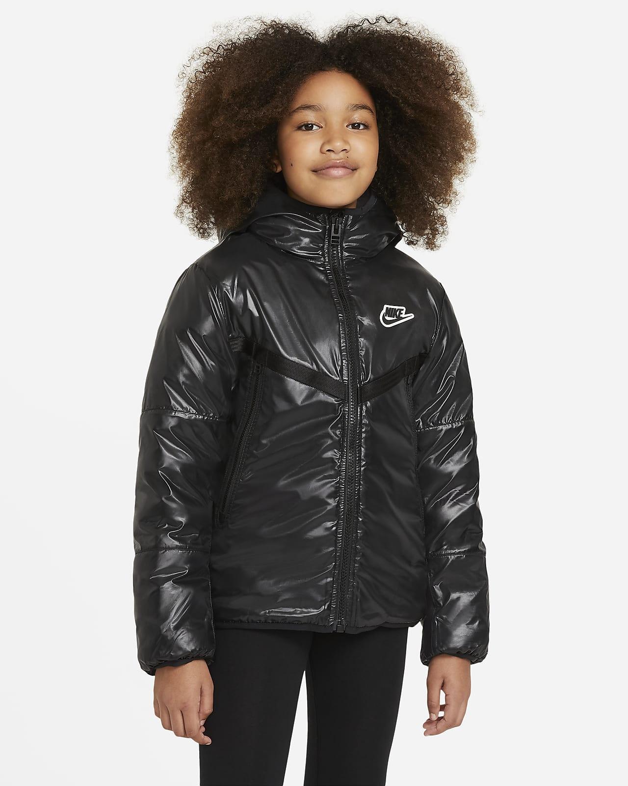 Nike Sportswear szintetikus töltésű, vízlepergető kabát nagyobb gyerekeknek