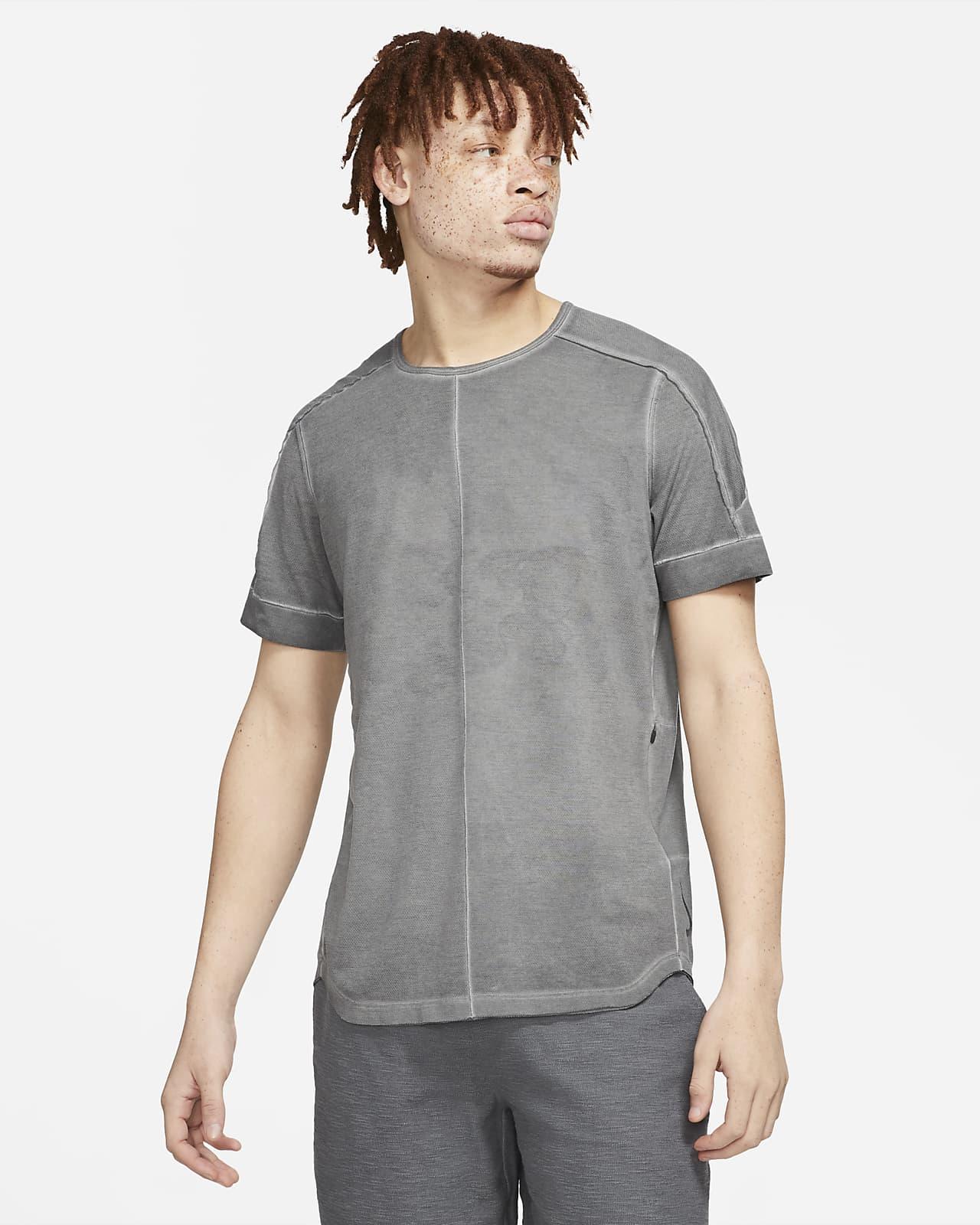 Haut à manches courtes à teinture spéciale Nike Yoga pour Homme