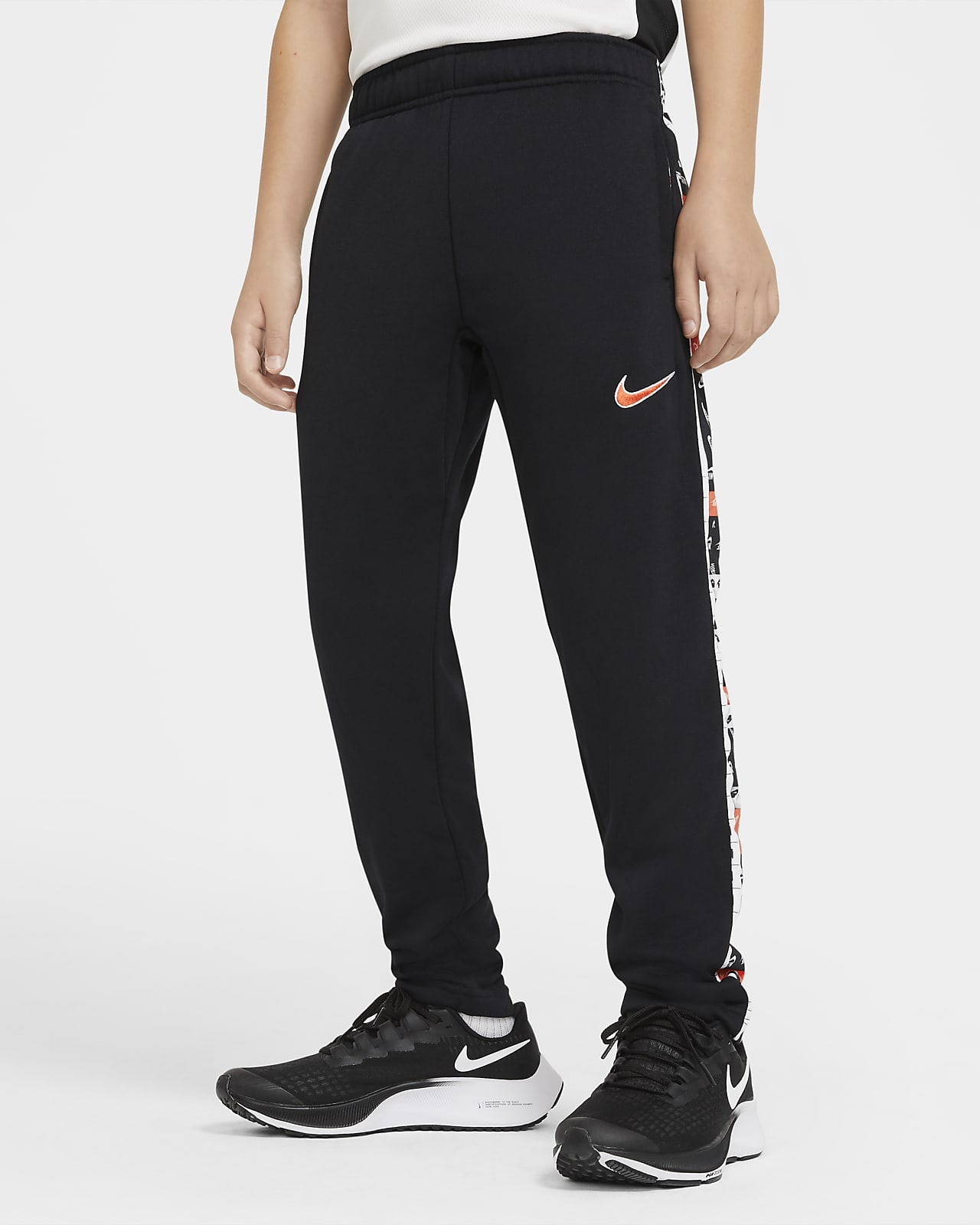 Nike Dri-FIT schmal zulaufende Trainingshose mit Grafik für ältere Kinder (Jungen)