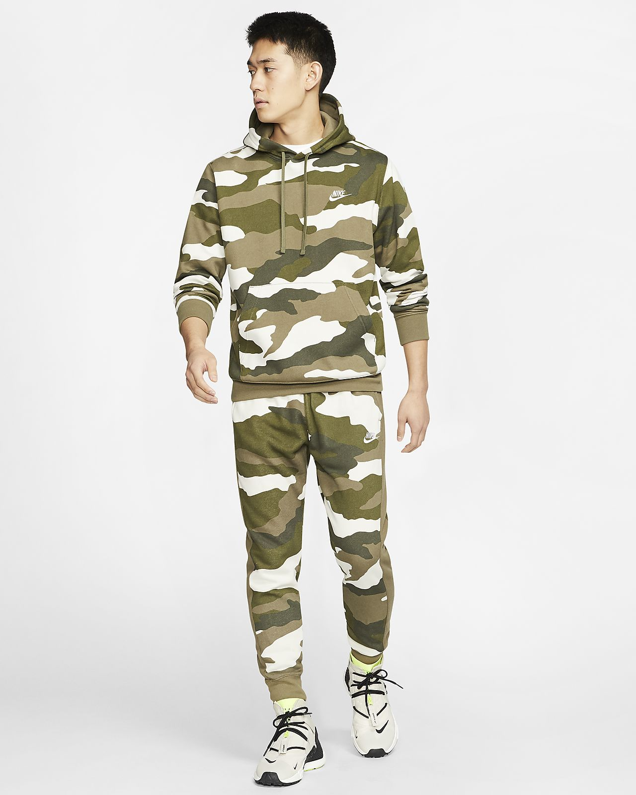 Męskie spodnie typu jogger ze wzorem moro Nike Sportswear Club Fleece