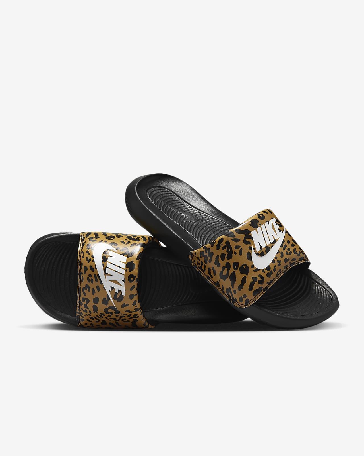 Nike Victori One Slipper met print voor dames