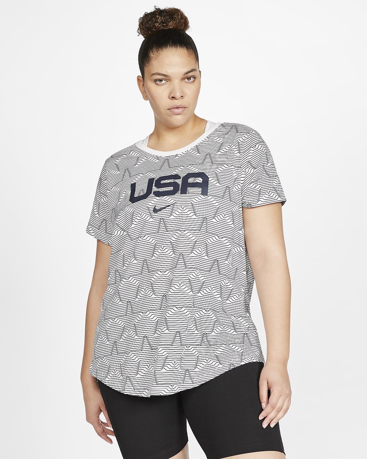 Playera con estampado USA para mujer Nike Sportswear (talla grande)